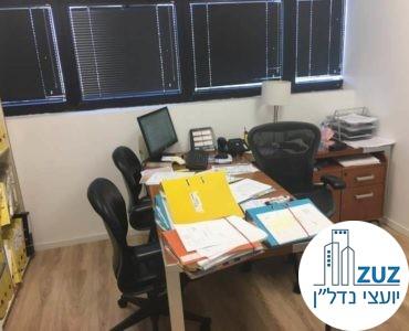 חדר עם שולחן במשרד במגדלי שקל תל אביב
