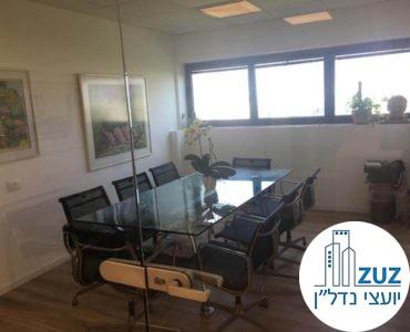 חדר ישיבות עם שולחן וכיסאות במשרד במגדלי שקל תל אביב