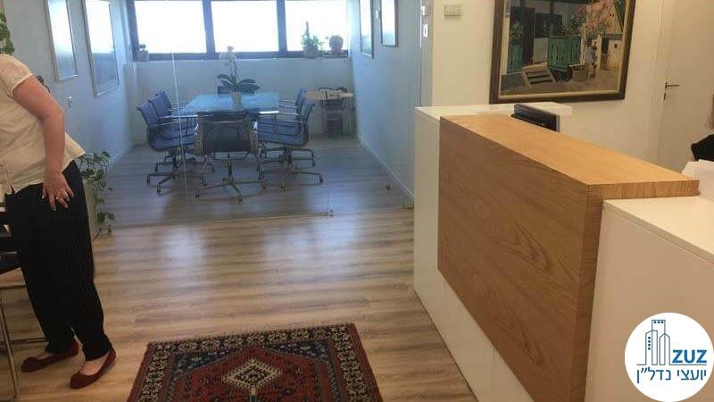 עמדת קבלה וכניסה לחדר ישיבות במשרד במגדלי שקל תל אביב