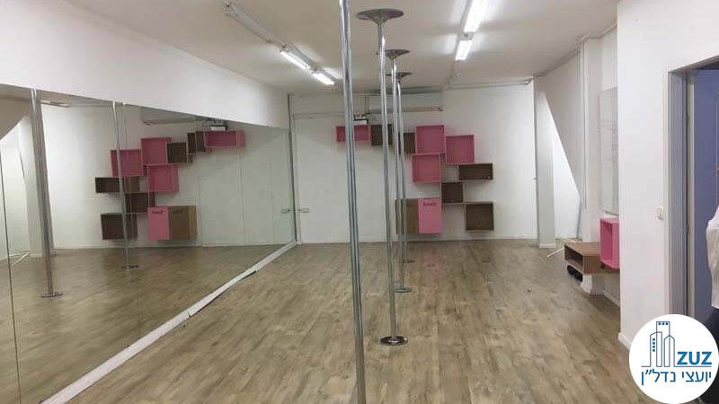 חדר עם מראה בסטודיו בבניין משרדים בשכונת מונטיפיורי תל אביב