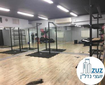 חדר עם מראות בסטודיו בבניין משרדים בשכונת מונטיפיורי תל אביב