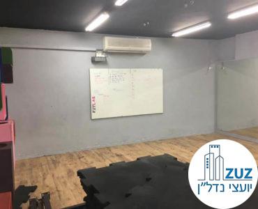 חדר עם לוח בסטודיו בבניין משרדים בשכונת מונטיפיורי תל אביב