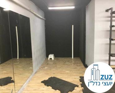 פינת אימון בסטודיו בבניין משרדים בשכונת מונטיפיורי תל אביב
