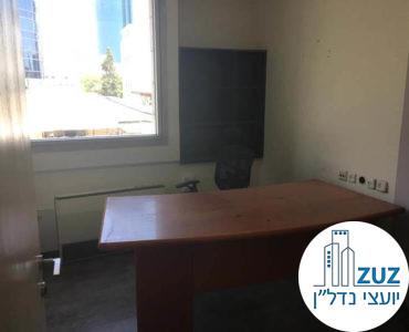 חדר עם שולחן במשרד בבית עמגר תל אביב
