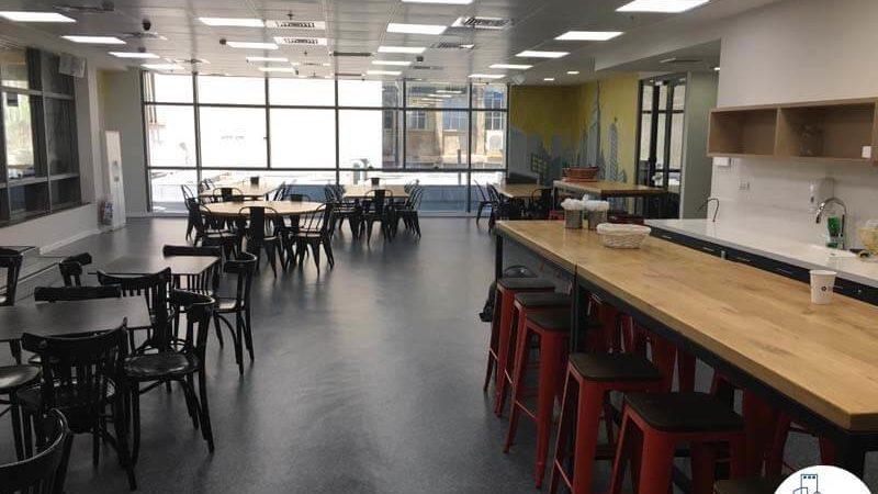 חדר אוכל עם שולחנות במשרד בבית אמפא תל אביב