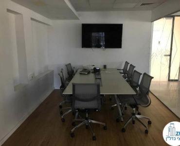 חדר ישיבות עם שולחן במשרד בבית אמפא תל אביב