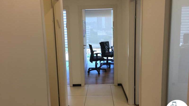 כניסה לחדרים במשרד במגדל אלקטרה סיטי תל אביב