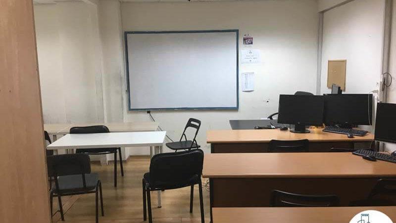 כיתה עם שולחנות במשרד בבית קלקא תל אביב