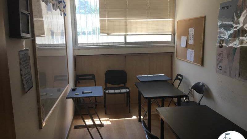 חדר עם שולחנות במשרד בבית קלקא תל אביב