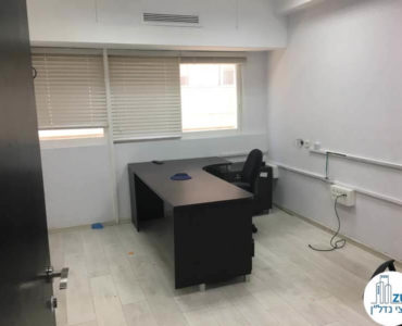 חדר עם שולחן במשרד ברחוב תוצרת הארץ תל אביב