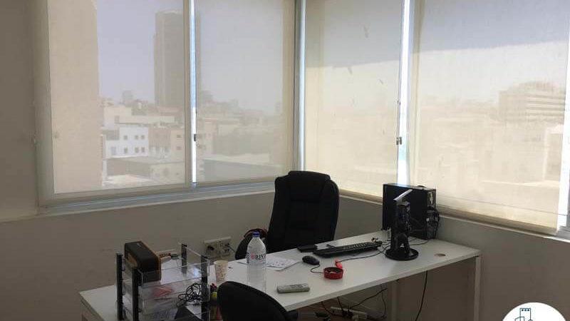 חדר פינתי עם שולחן במשרד ברחוב אחוזת בית תל אביב