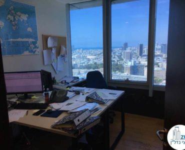 חדר עם שולחן במשרד במגדל סונול תל אביב
