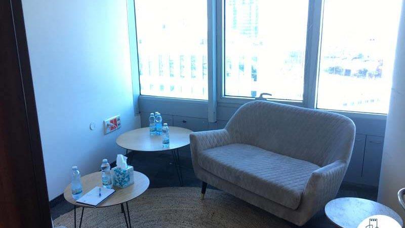 חדר עם ספה במשרד במגדל סונול תל אביב