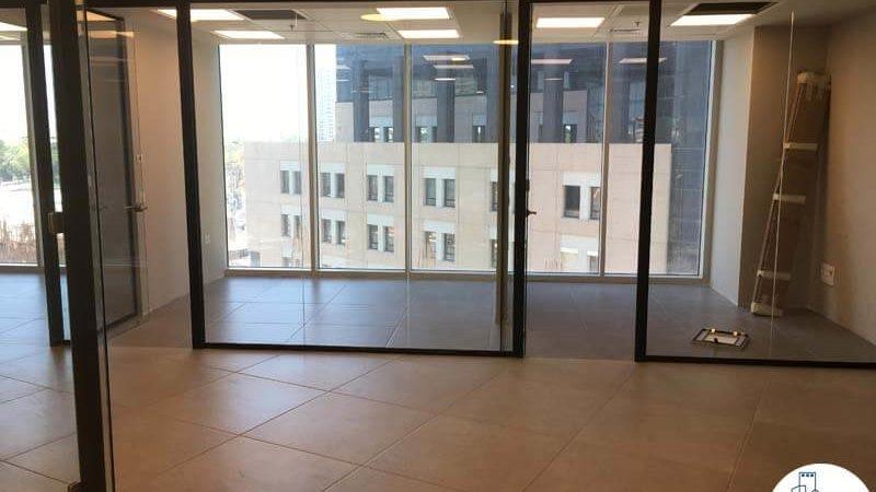 כניסה לחדר עם קירות זכוכית במשרד במגדל WE תל אביב