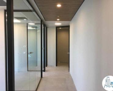 כניסה לחדר במשרד במגדל WE תל אביב