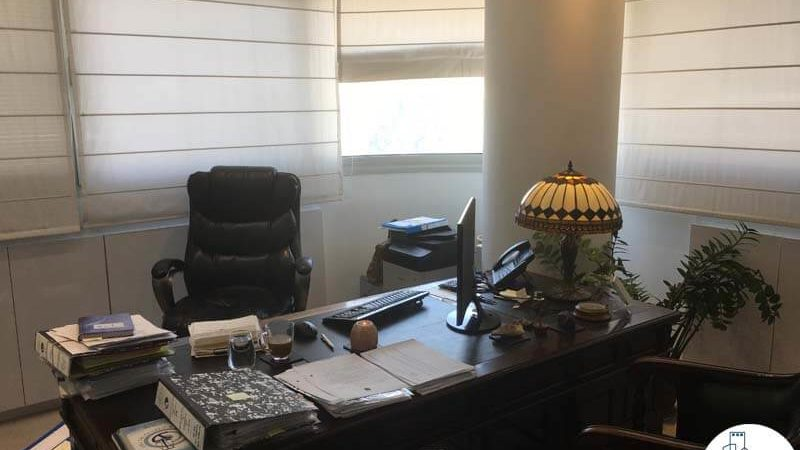 חדר עם שולחן במשרד בבית אשדר תל אביב