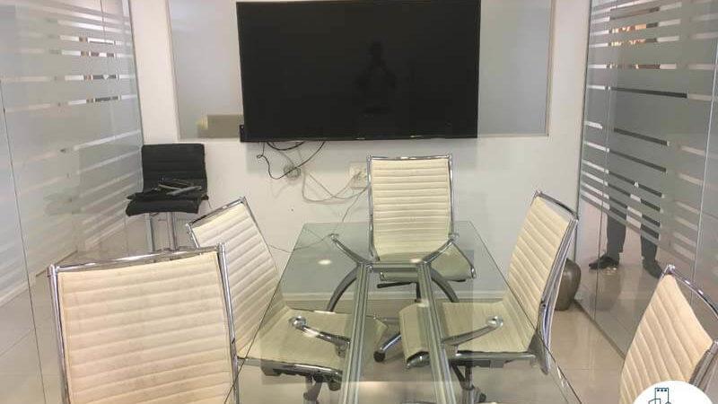 חדר ישיבות עם שולחן במשרד בבית אשדר תל אביב