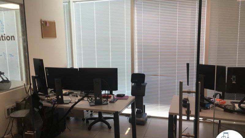 חדר עם עמדת עבודה במשרד במגדל אלקטרה סיטי תל אביב