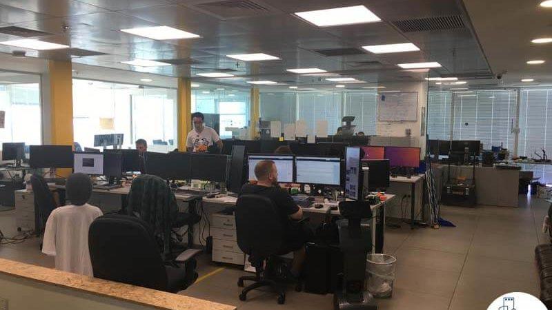 אופן ספייס עם עמדות עבודה במשרד במגדל אלקטרה סיטי תל אביב