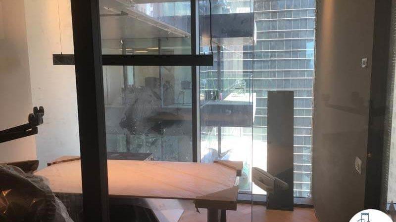 חדר עם שולחן במשרד במגדלי הארבעה תל אביב