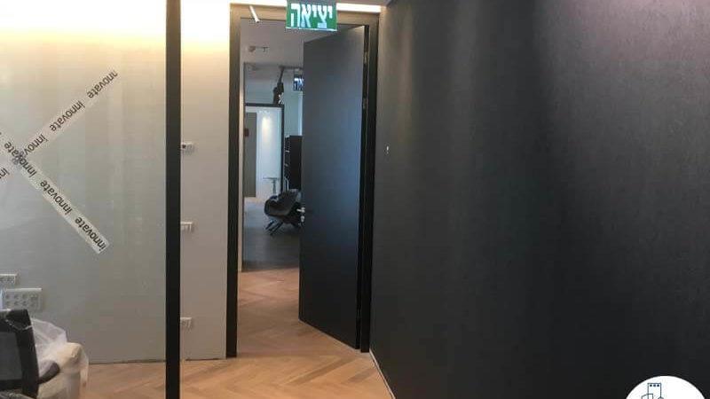 כניסה לחדר במשרד במגדלי הארבעה תל אביב