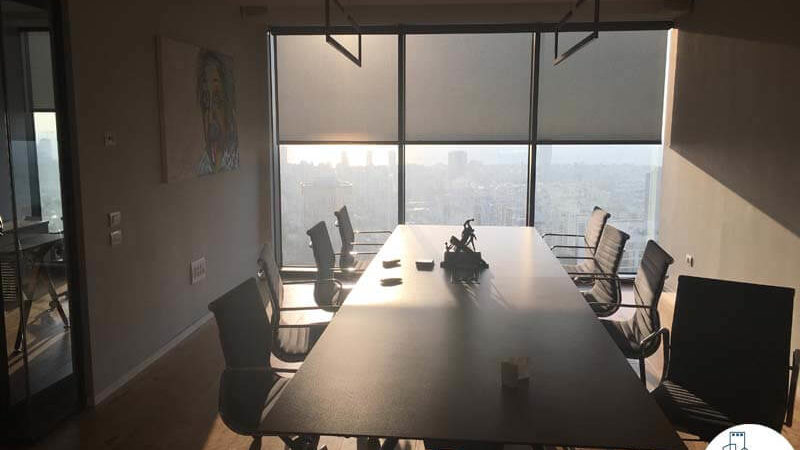 שולחן ישיבות במשרד במגדל מידטאון תל אביב