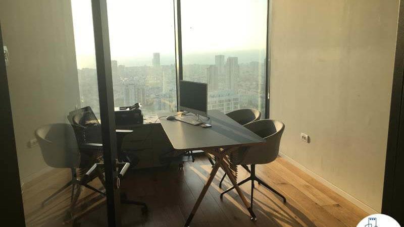 חדר עם שולחן במשרד במגדל מידטאון תל אביב
