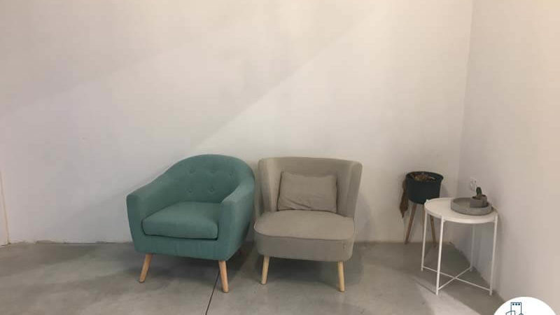 פינת ישיבה במשרד ליד רכבת השלום תל אביב