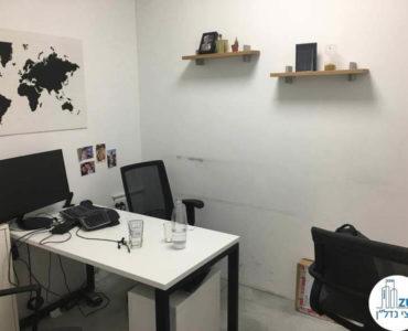 חדר עם שולחן במשרד ליד רכבת השלום תל אביב