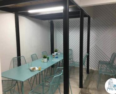 שולחן אוכל במשרד ליד רכבת השלום תל אביב