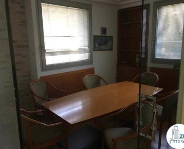 חדר ישיבות עם שולחן במשרד ברחוב השרון תל אביב