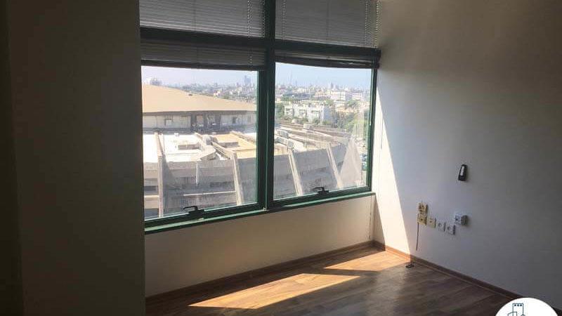 חדר עם חלון במשרד בהלויל סלע 2000 תל אביב