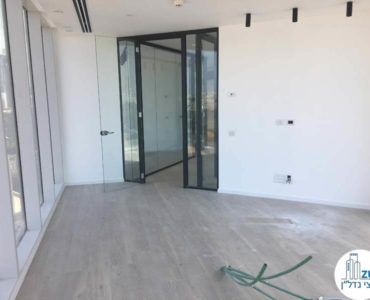 כניסה לחדר ישיבות במשרד במגדל WE תל אביב