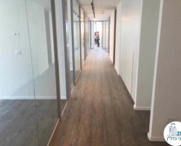 מסדרון וכניסה לחדרים במשרד במגדל WE תל אביב