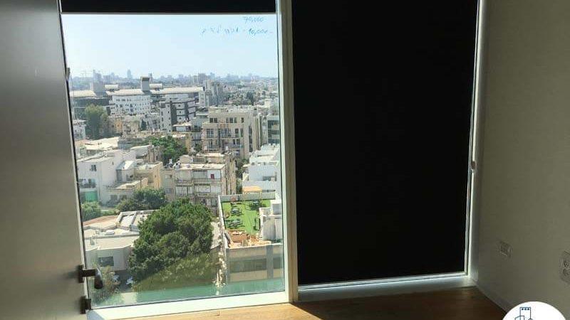 חדר עם חלון במשרד במגדל אלקטרה סיטי תל אביב