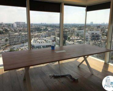 חדר ישיבות עם שולחן במשרד במגדל אלקטרה סיטי תל אביב