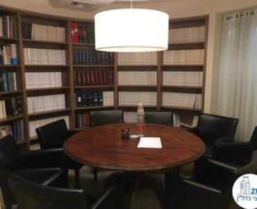 חדר ישיבות עם שולחן עגול במשרד במגדל לוינשטיין תל אביב