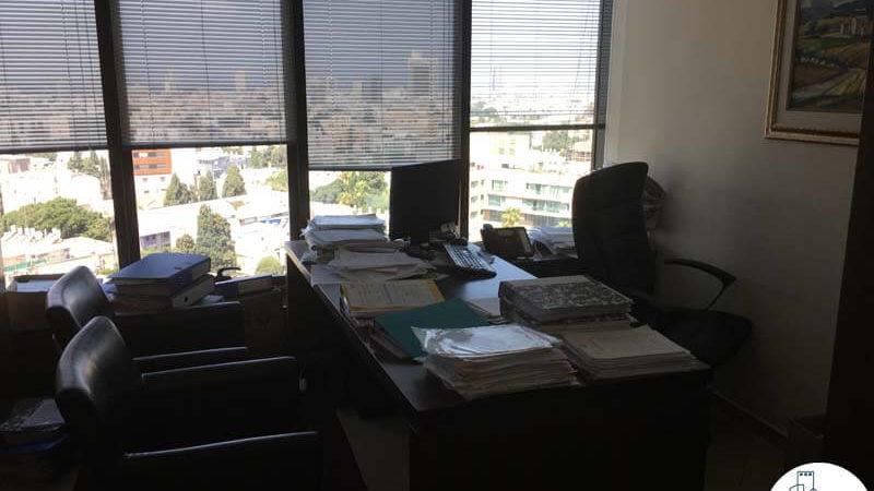 חדר עם שולחן במשרד במגדל לוינשטיין תל אביב