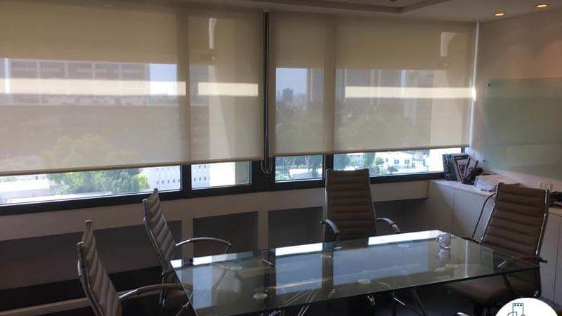 חדר ישיבות במשרד להשכרה לעורכי דין בתל אביב