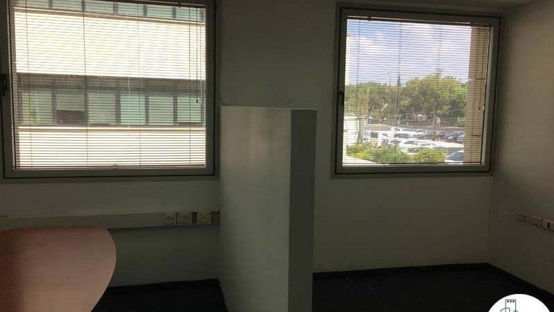 חדר עם חלונות במשרד במתחם יגאל אלון תל אביב