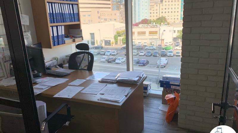 חדר עם שולחן במשרד להשכרה במגדל אלקטרה סיטי תל אביב