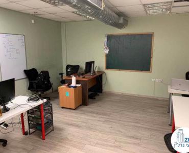 חדר עם שולחנות במשרד להשכרה ברחוב שדרות יהודית תל אביב