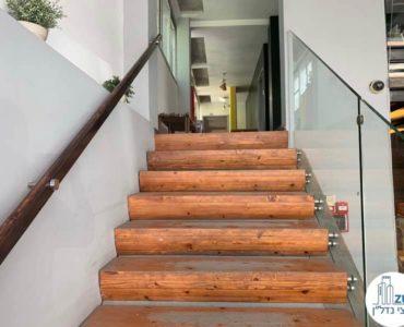 מדרגות במשרד להשכרה בשכונת מונטיפיורי תל אביב