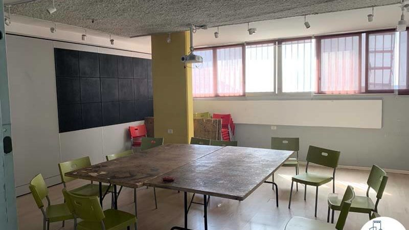 חדר עם שולחן במשרד להשכרה בשכונת מונטיפיורי תל אביב