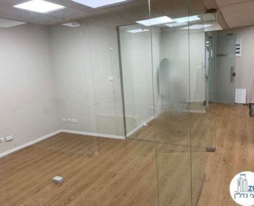 חדר עם קירות זכוכית במשרד להשכרה בתל אביב
