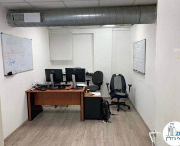 חדר עם שולחן במשרד להשכרה ברחוב שדרות יהודית תל אביב