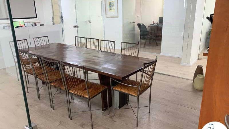 חדר ישיבות עם שולחן במשרד להשכרה לעורכי דין בתל אביב
