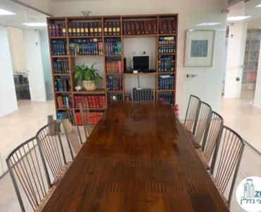 חדר ישיבות עם ארונית במשרד להשכרה לעורכי דין בתל אביב