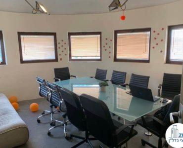 חדר ישיבות עם שולחן במשרד להשכרה בשדרות רוטשילד תל אביב