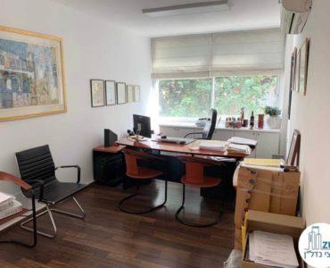 חדר עם שולחן במשרד להשכרה בכיכר רבין תל אביב
